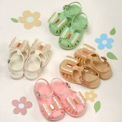 Good shoes take you to good places 🌈🌈🌈 . Our Pippin Jelly Shoes are easy to cleaned , comfortable and yet so cute 😍😍😍 . Go get them as soon as possible while stock last 😘😘😘 . #candybutton #candybuttonshop #kidshoes #kidsfashion #jualsepatuanak