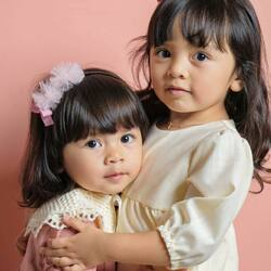 #candybuttonbaby : Sisters are forever best friend ❤️❤️ Thank you for sharing the love with us @k.a.m.a.y.a ❤️ . #candybutton #candybuttonshop #kidsfashion #handmadeaccessories #tokobajuanak #tokobajuanakbandung